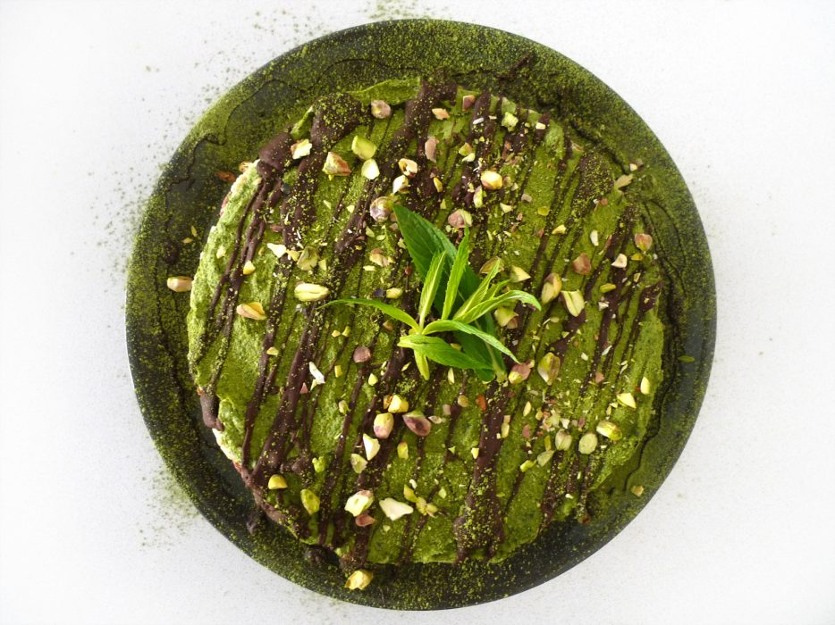 charlotte eats raw matcha mint chocolate 'cheesecake'
